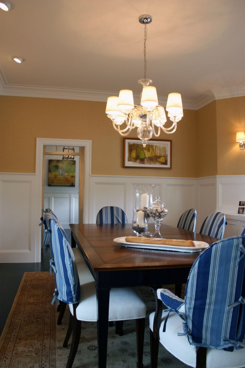 Dining room w chandelier
