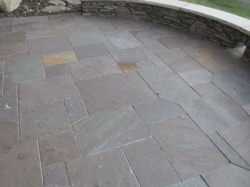 Retaining-wall-surrounding-flagstone
