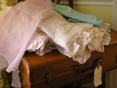 Suitcase_linens